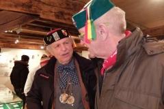 Winfried Assfalg führt Winfried Kretschmann durch die Ausstellung