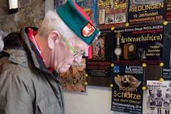 Winfried Kretschmann trägt sich ins Besucherbuch ein